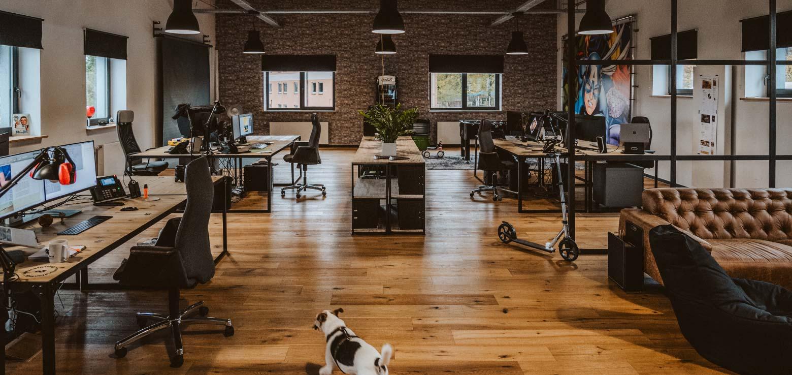Großraumbüro unserer Werbeagentur im industrial Stil. Hier wird Werbung geschmiedet.